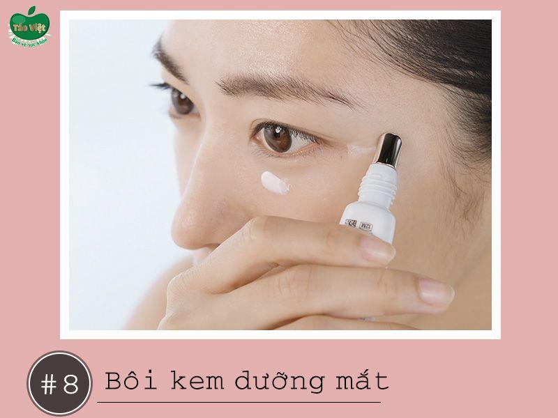 Bôi kem dưỡng mắt giúp giảm vết thâm vùng mắt