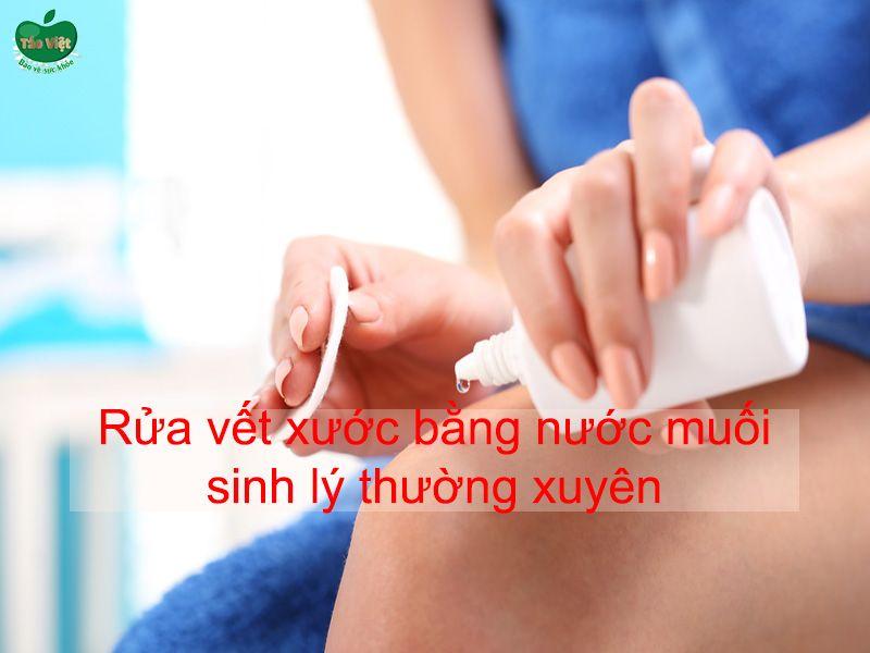 Rửa vết xước bằng nước muối sinh lý thường xuyên
