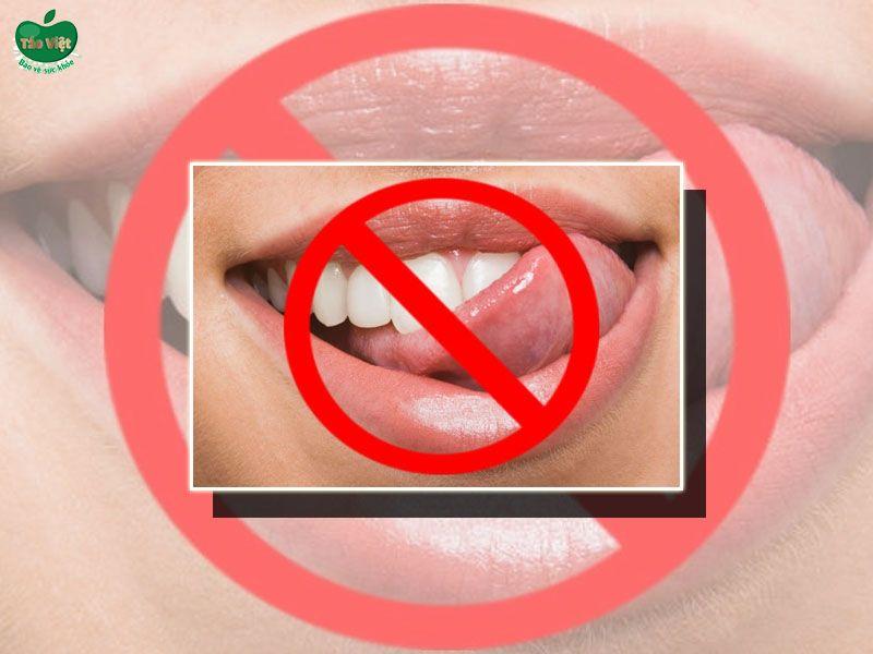 Thói quen liếm môi