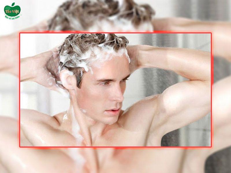 Lựa chọn loại dầu gội đầu phù hợp có ý nghĩa quan trọng để tri gàu cho nam giới