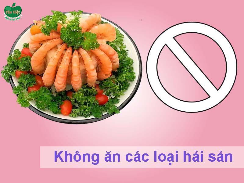 Không ăn các loại hải sản như tôm, cua, ốc, cá